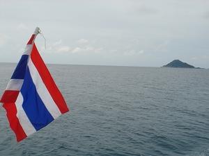 船の上からタイ国旗.jpg